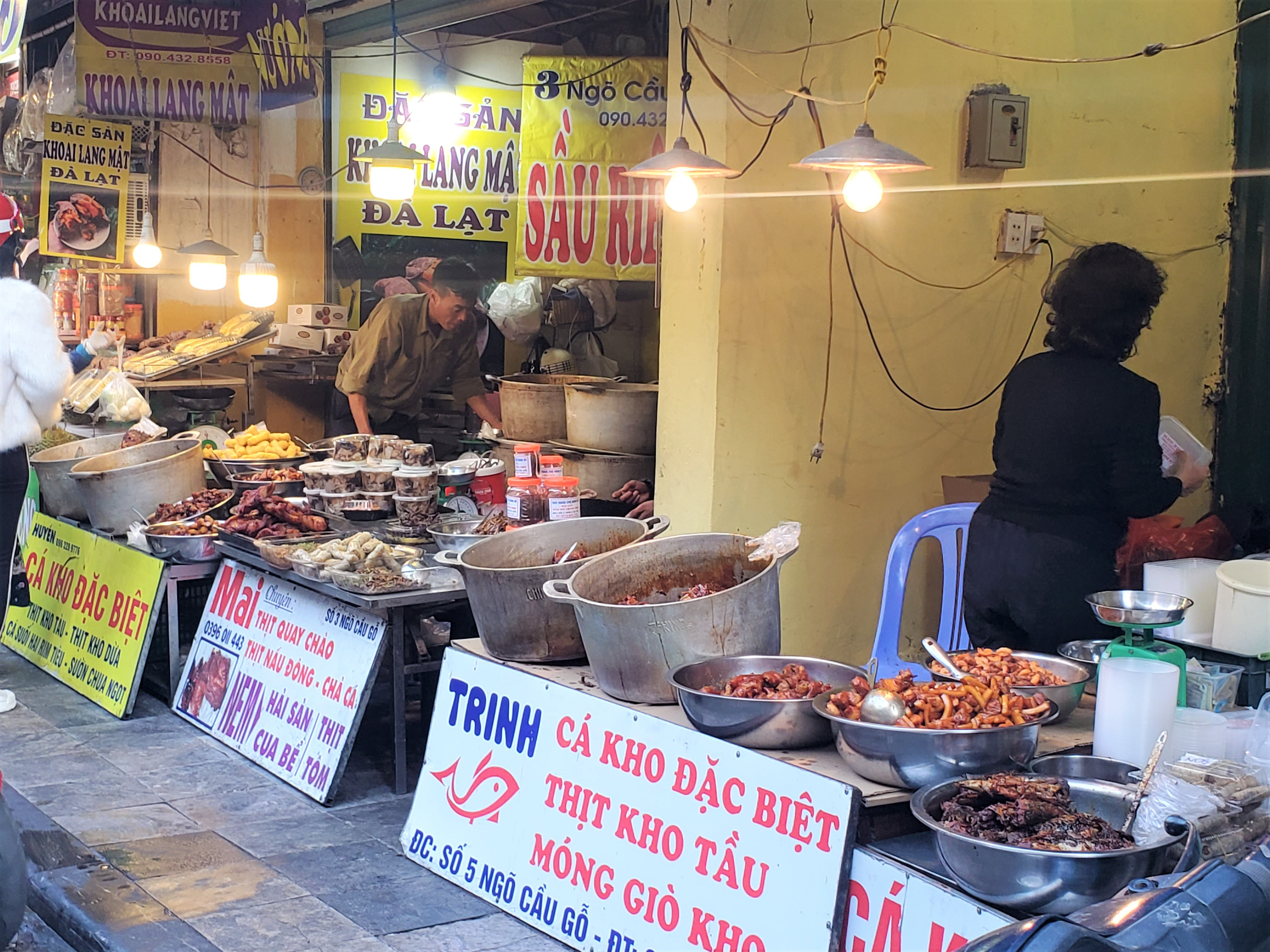 Khu chợ độc nhất Hà Nội: Mở vài tiếng bán hàng trăm cân cá kho, trời lạnh càng hút khách - Ảnh 3.