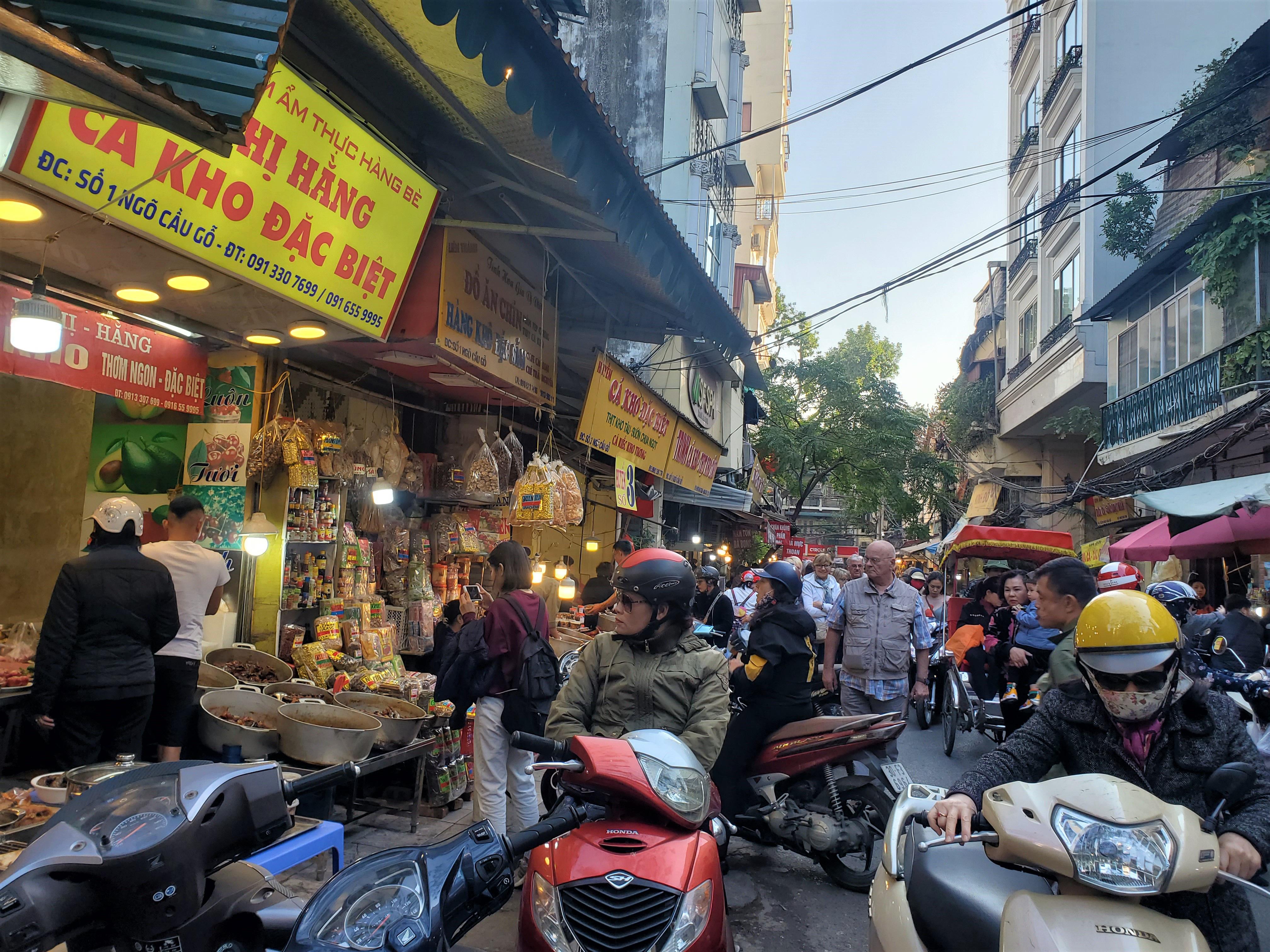 Khu chợ độc nhất Hà Nội: Mở vài tiếng bán hàng trăm cân cá kho, trời lạnh càng hút khách - Ảnh 2.