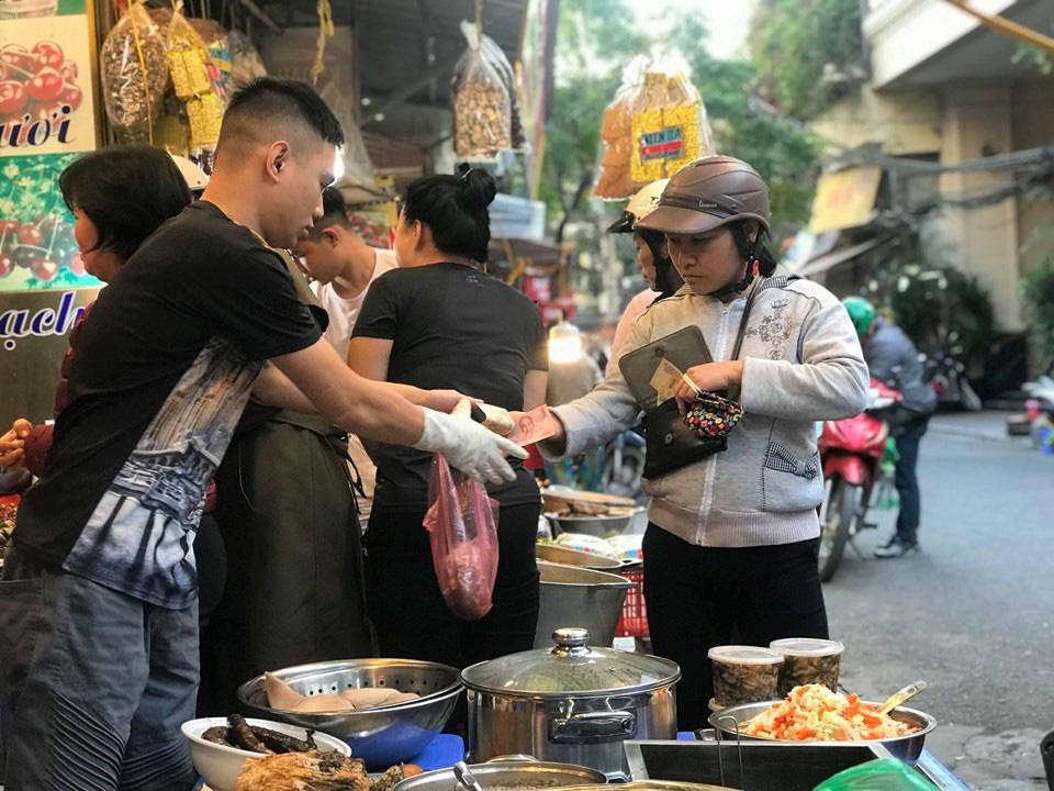 Khu chợ độc nhất Hà Nội: Mở vài tiếng bán hàng trăm cân cá kho, trời lạnh càng hút khách - Ảnh 4.