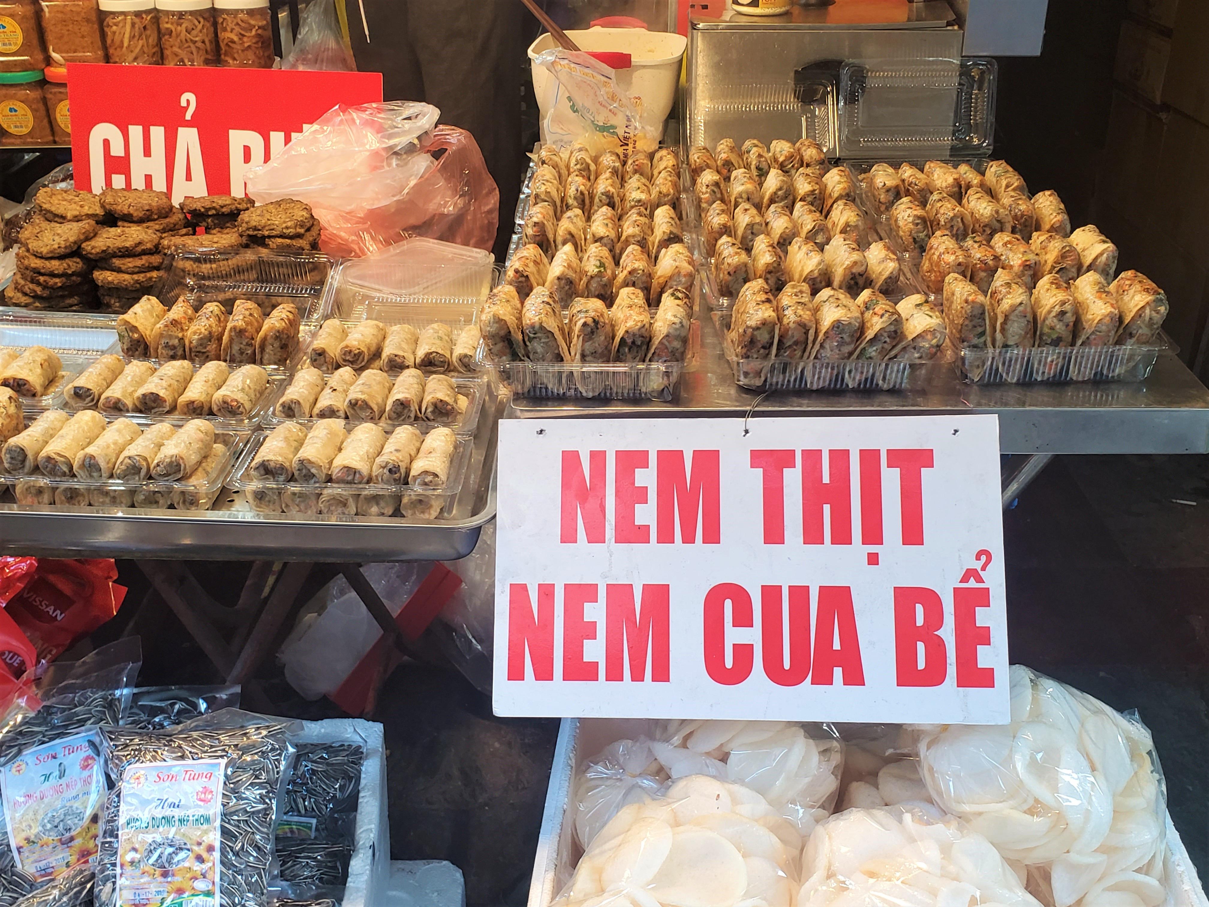 Khu chợ độc nhất Hà Nội: Mở vài tiếng bán hàng trăm cân cá kho, trời lạnh càng hút khách - Ảnh 9.