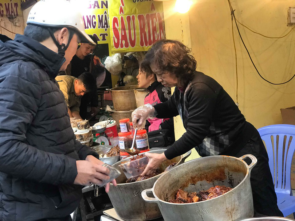 Khu chợ độc nhất Hà Nội: Mở vài tiếng bán hàng trăm cân cá kho, trời lạnh càng hút khách - Ảnh 12.