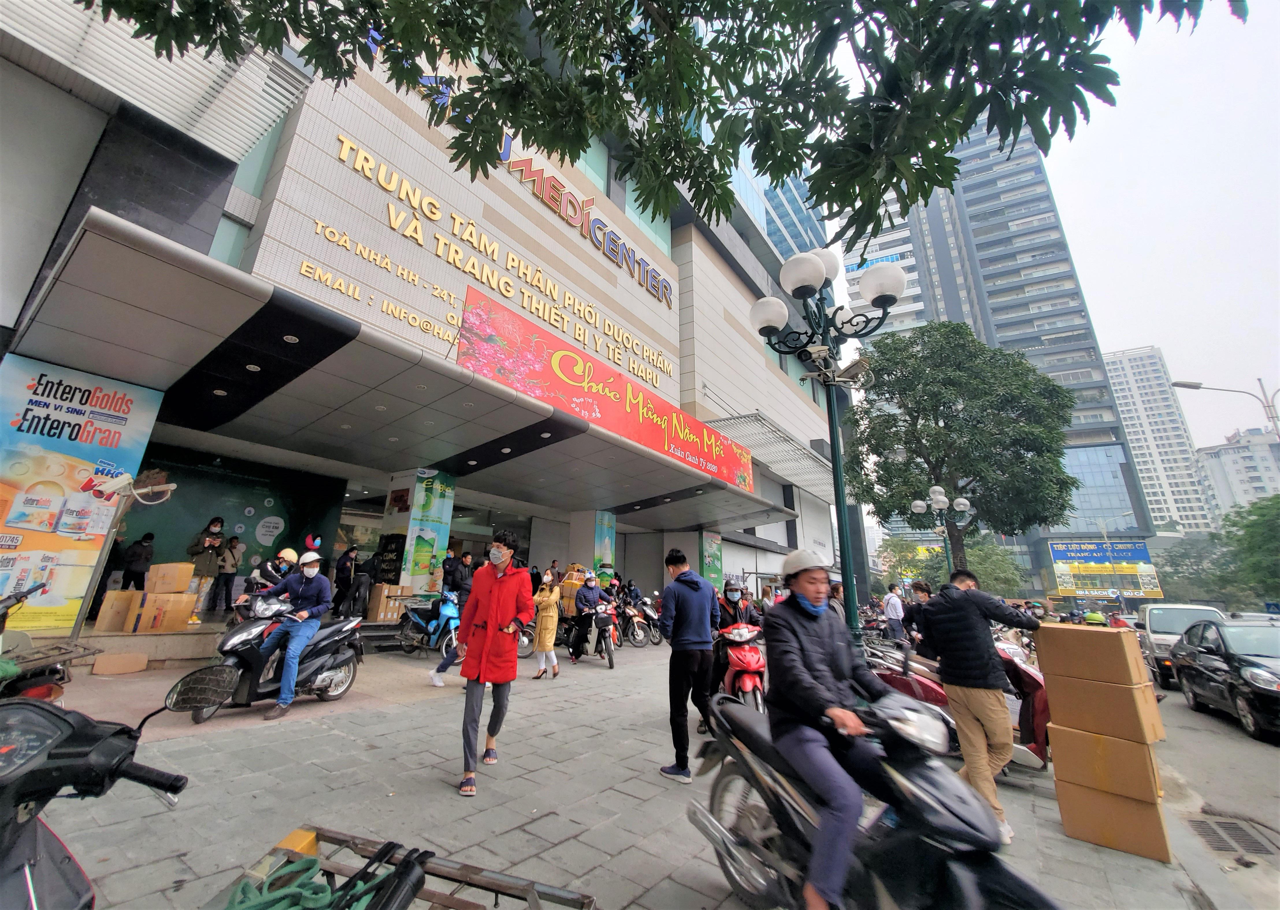 Sau 1 đêm, chợ thuốc lớn nhất Hà Nội đồng loạt đặt biển không bán khẩu trang, miễn hỏi - Ảnh 2.