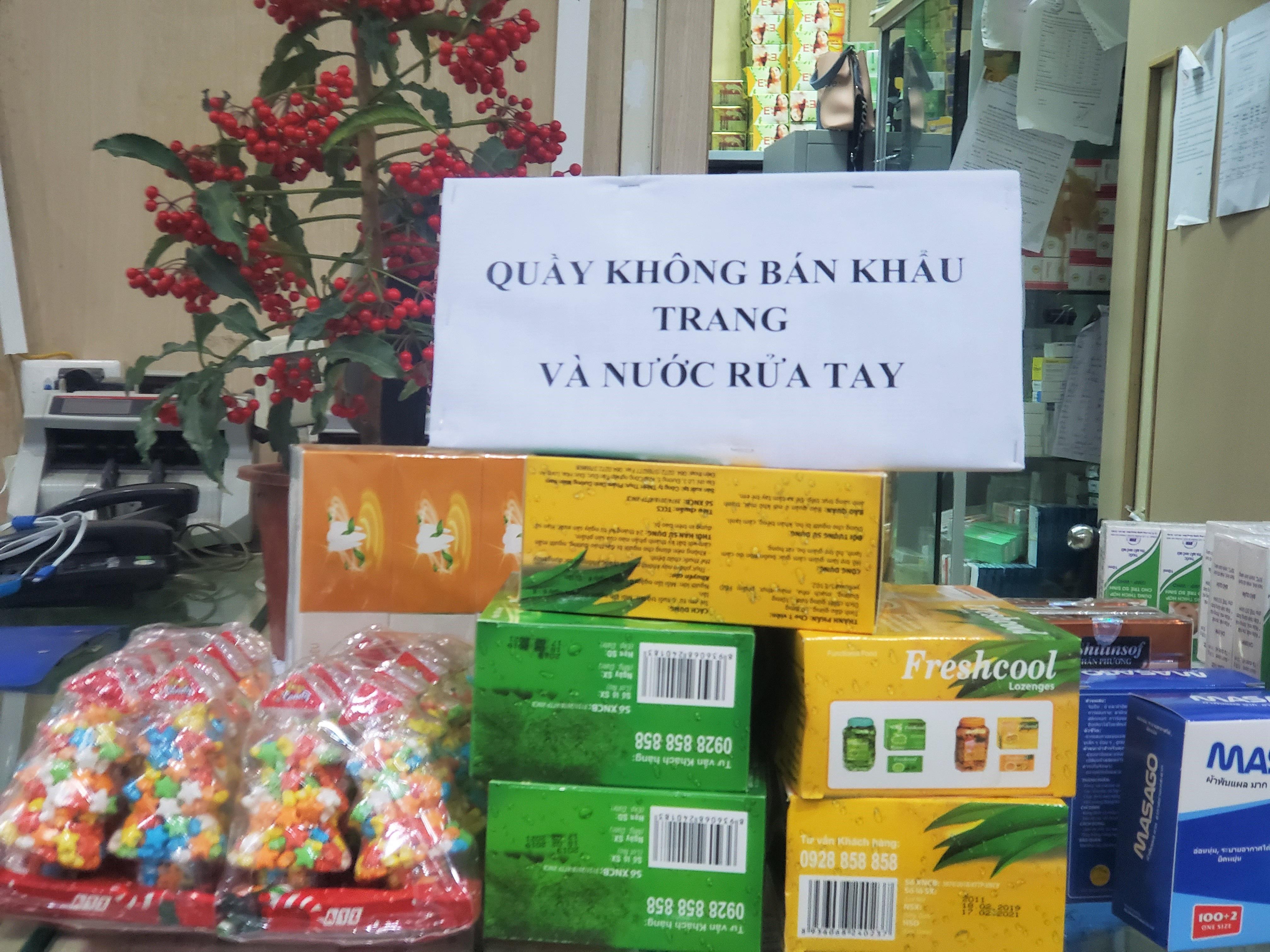 Sau 1 đêm, chợ thuốc lớn nhất Hà Nội đồng loạt đặt biển không bán khẩu trang, miễn hỏi - Ảnh 5.