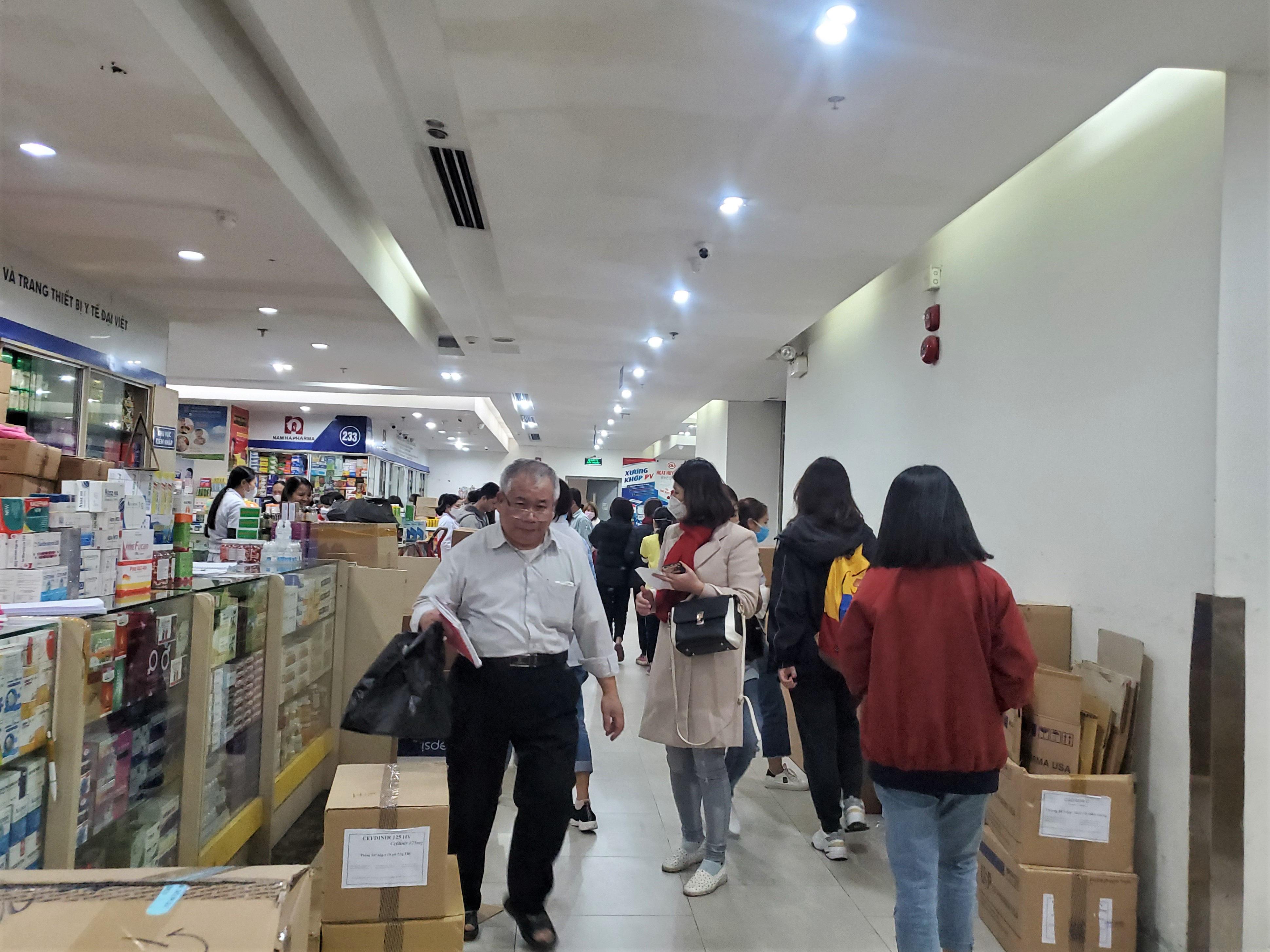 Sau 1 đêm, chợ thuốc lớn nhất Hà Nội đồng loạt đặt biển không bán khẩu trang, miễn hỏi - Ảnh 10.