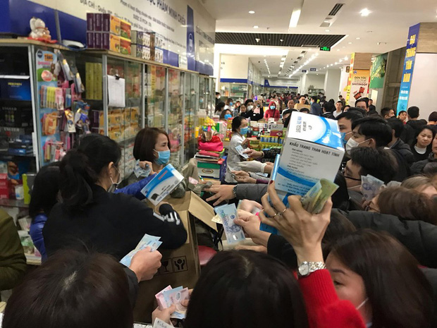 Sau 1 đêm, chợ thuốc lớn nhất Hà Nội đồng loạt đặt biển không bán khẩu trang, miễn hỏi - Ảnh 1.