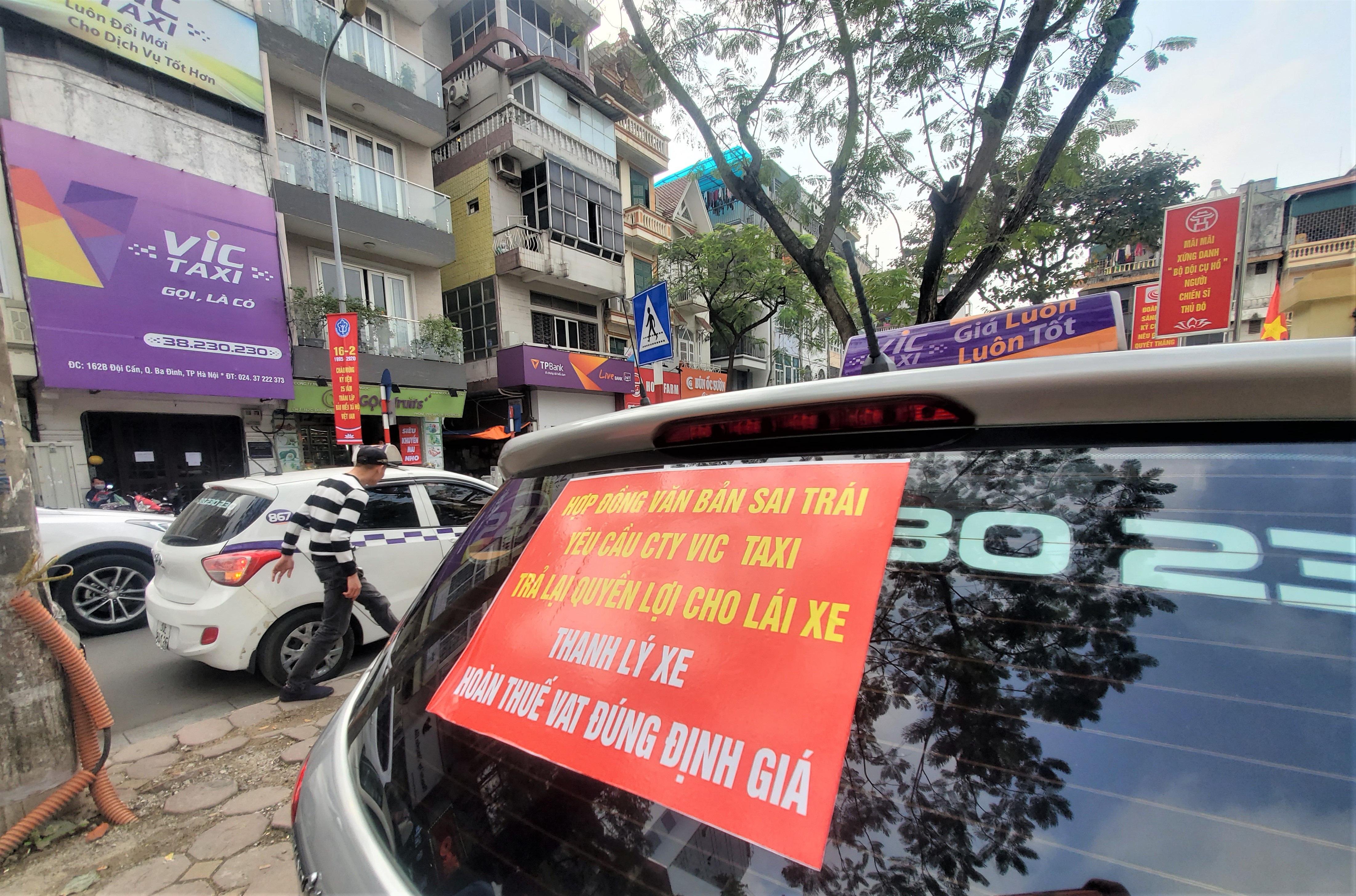 Tài xế Vic Taxi tắt đàm, bỏ làm kéo đến trụ sở hãng biểu tình - Ảnh 3.