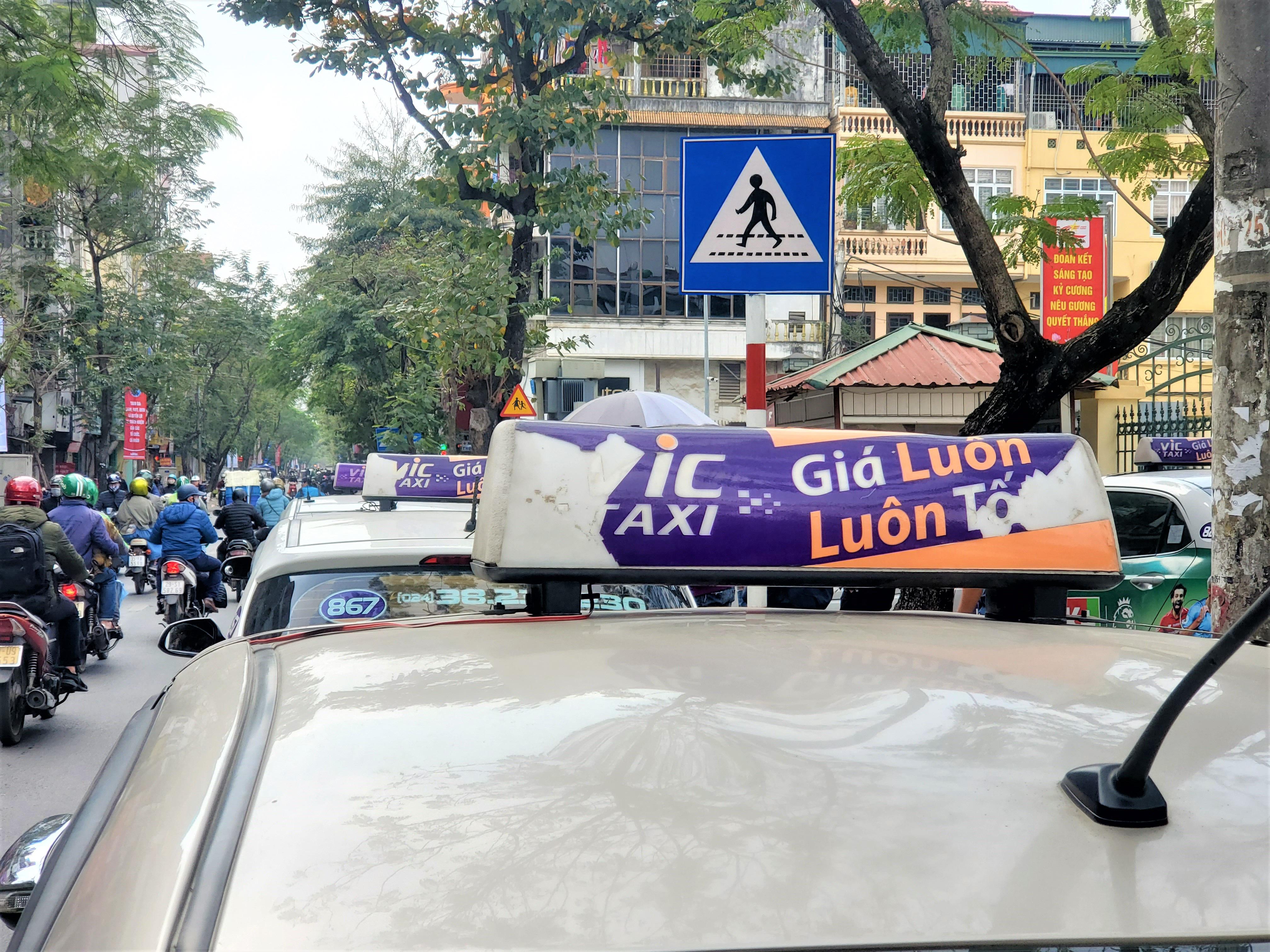 Tài xế Vic Taxi tắt đàm, bỏ làm kéo đến trụ sở hãng biểu tình - Ảnh 7.