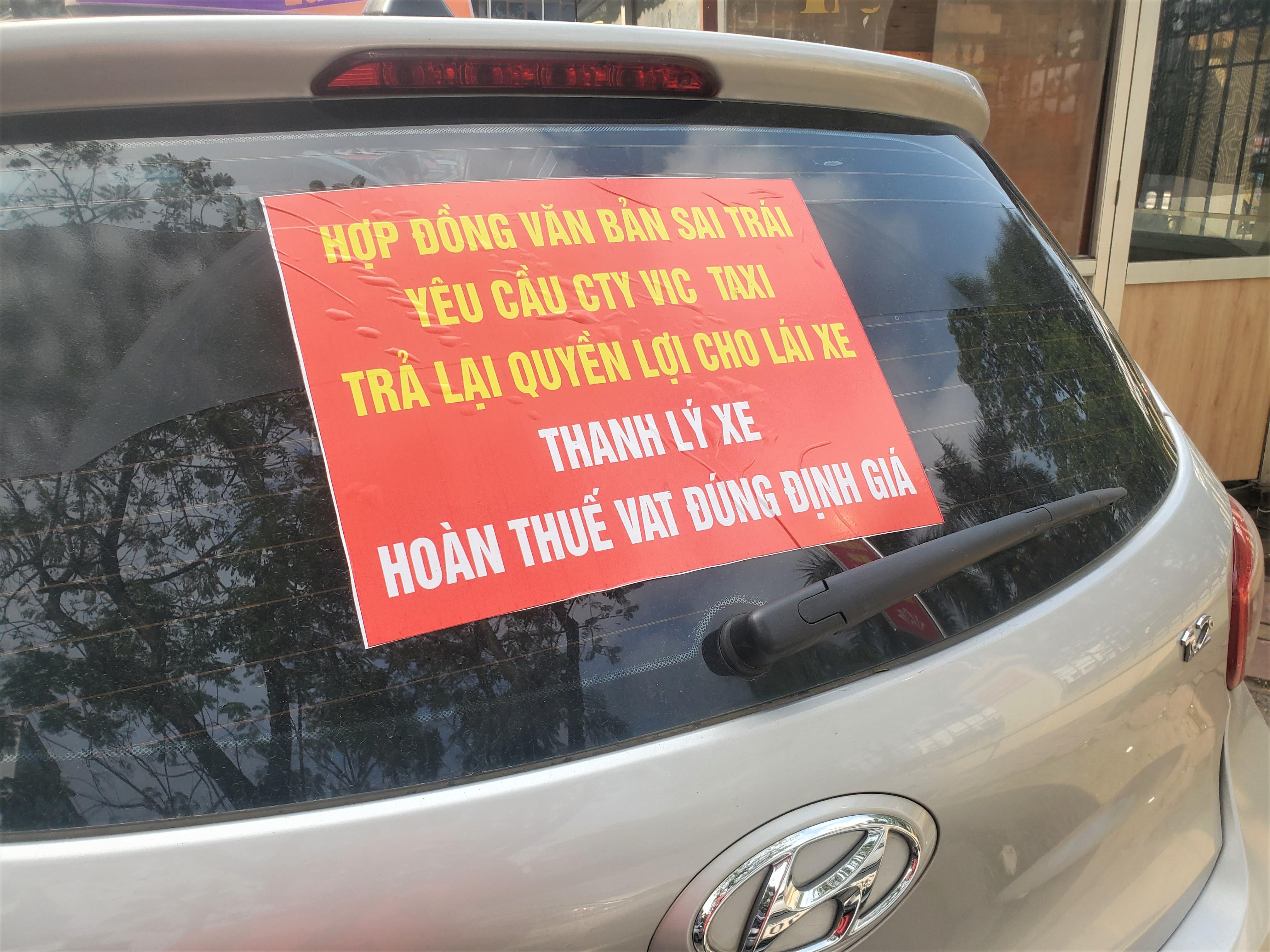 Tài xế Vic Taxi tắt đàm, bỏ làm kéo đến trụ sở hãng biểu tình - Ảnh 4.