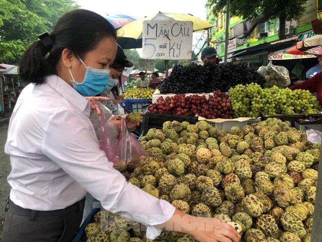 Trái cây mùa hè giá rẻ như cho vẫn ế - Ảnh 1.