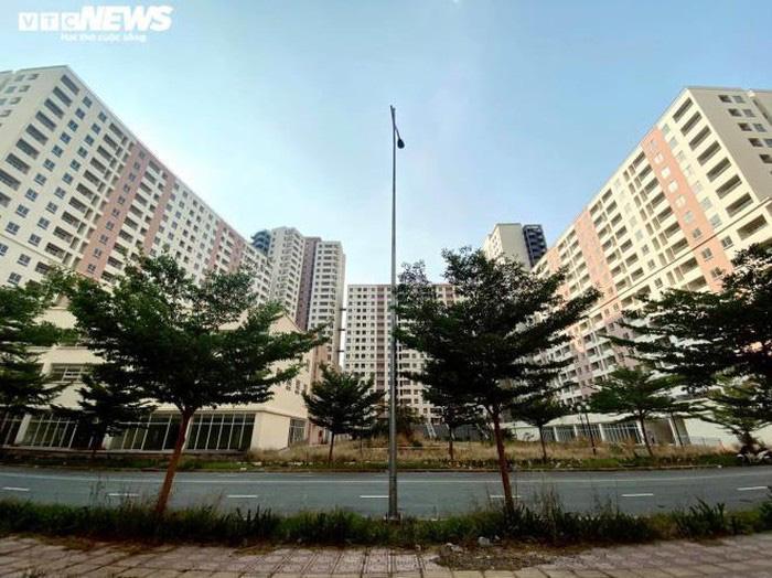 Cảnh u ám của 3.790 căn hộ tái định cư nằm chết giữa lòng TP.HCM - Ảnh 2.