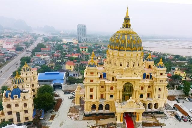 Chiêm ngưỡng lâu đài mạ vàng gây choáng của đại gia Ninh Bình - Ảnh 1.