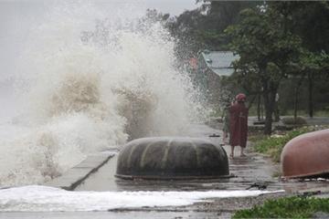 Sóng cao 5m đang đánh vào bờ biển Nghệ An, hàng trăm khối đất đá sạt lở, đổ xuống quốc lộ