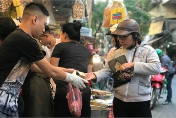 Khu chợ độc nhất Hà Nội: Mở vài tiếng bán hàng trăm cân cá kho