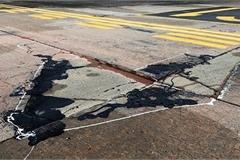Đường băng sân bay Nội Bài toang hoác, trồi bùn: Có tiền không được sửa?
