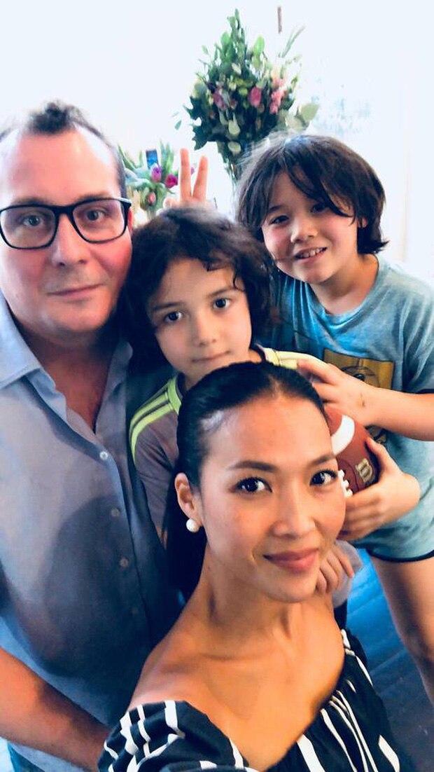 Cựu siêu mẫu Bằng Lăng bên cạnh chồng và con trai.