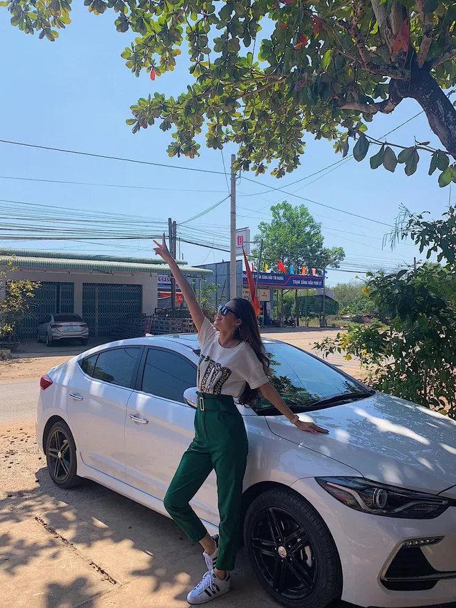 Hyundai Elantra Sport được trang bị động cơ Gamma 1.6 T-GDI cho công suất 204 mã lực tại 6000 vòng/phút, momen xoắn cực đại 265 N.m /1.500-4.500 vòng/phút. Kết hợp với hộp số ly hợp kép 7 cấp thay vì hộp số tự động 6 cấp giúp người lái sang số mượt và tiết kiệm nhiên liệu hơn.Hyundai Elantra Sport có giá khoảng 739 triệu đồng tại Việt Nam. (Ảnh:Tổng hợp Facebook)