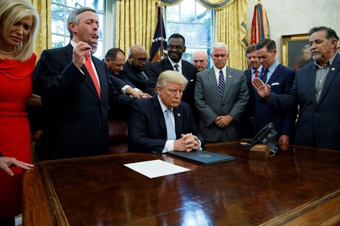 Sự thật bức ảnh Tổng thống Trump đứng không vững, cần người đỡ khi ứng viên Joe Biden giành chiến thắng Ảnh 5