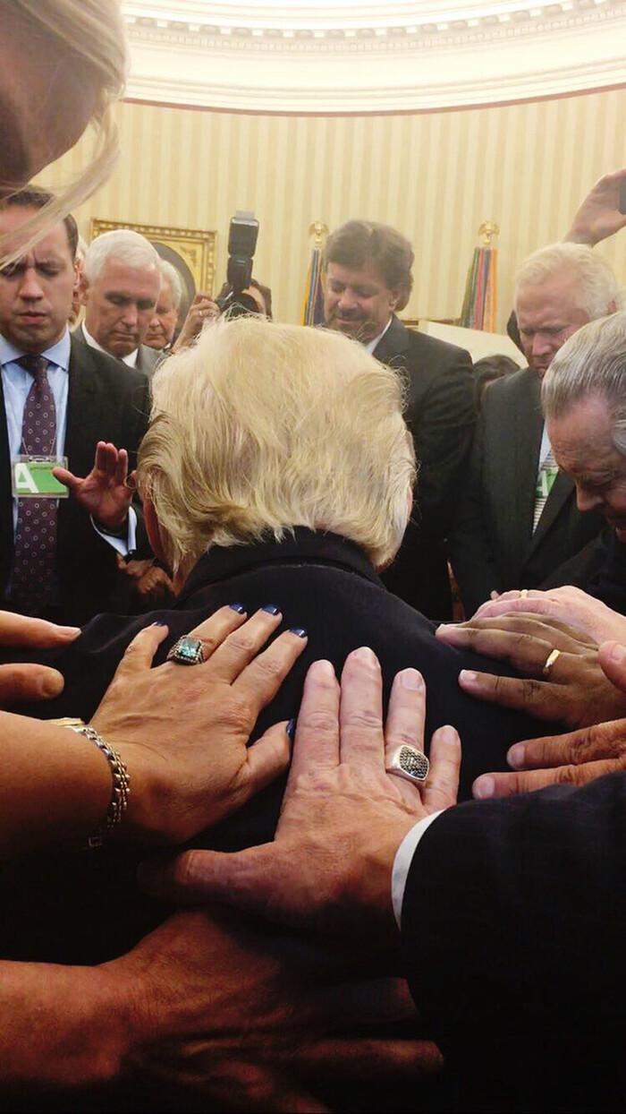 Sự thật bức ảnh Tổng thống Trump đứng không vững, cần người đỡ khi ứng viên Joe Biden giành chiến thắng Ảnh 4