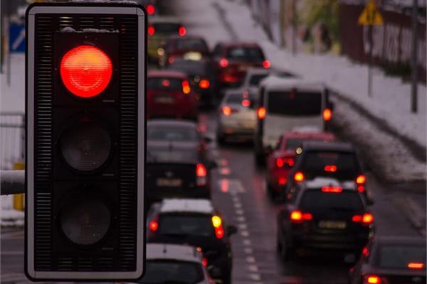 Cách về số khi ô tô dừng đèn đỏ để tiết kiệm nhiên liệu