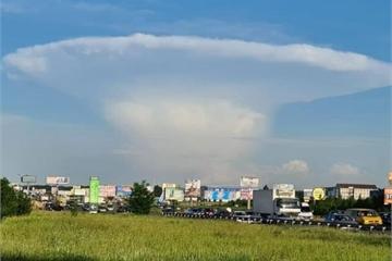 Đám mây hình nấm khổng lồ gợi nhớ thảm họa hạt nhân kinh hoàng