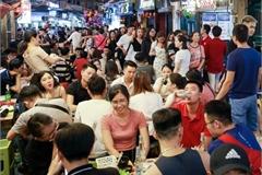 Phố bia Tạ Hiện đông như trảy hội, tiểu thương tận dụng từng m2 đất 'hái ra tiền'