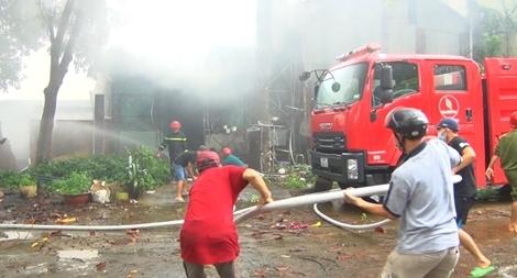 Cháy cửa hàng phụ tùng ô tô gần cây xăng