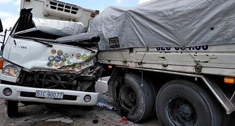 Xe tải nát cabin vì tông trúng xe cẩu đang dừng trên cao tốc Trung Lương
