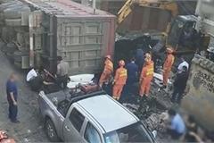 Nam hành khách thoát chết dù ô tô bị xe container đè bẹp
