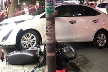 Nữ tài xế ở Sài Gòn quay đầu ô tô, húc văng 2 xe máy lên vỉa hè