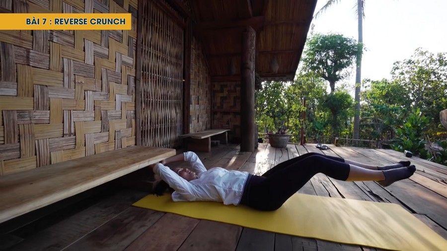 Với một tấm thảm Yoga, H'Hen Niê hoàn thành 7 bài tập có hiệu quả cao. (Ảnh: Chụp màn hình)
