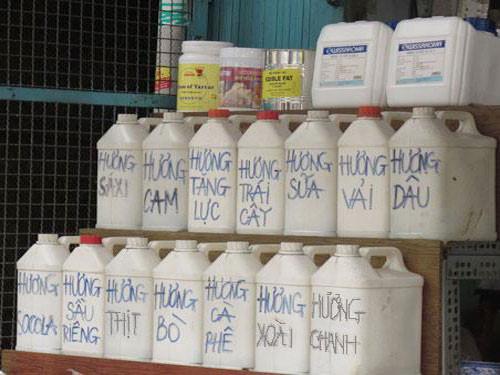 Các loại hương liệu pha đồ uống được đựng trong các can nhựa không có nhãn mác (Ảnh: Thanh Niên)