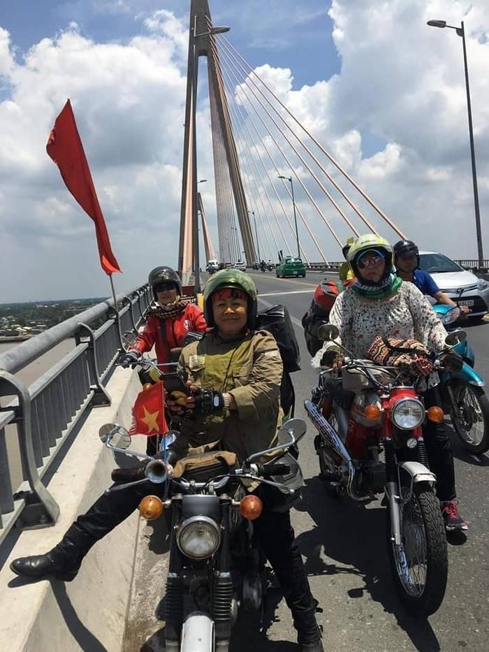 Nhóm các bà mẹ chinh phục hành trình khắp đất nước bằng xe cổ (Ảnh: Phụng Madonna).