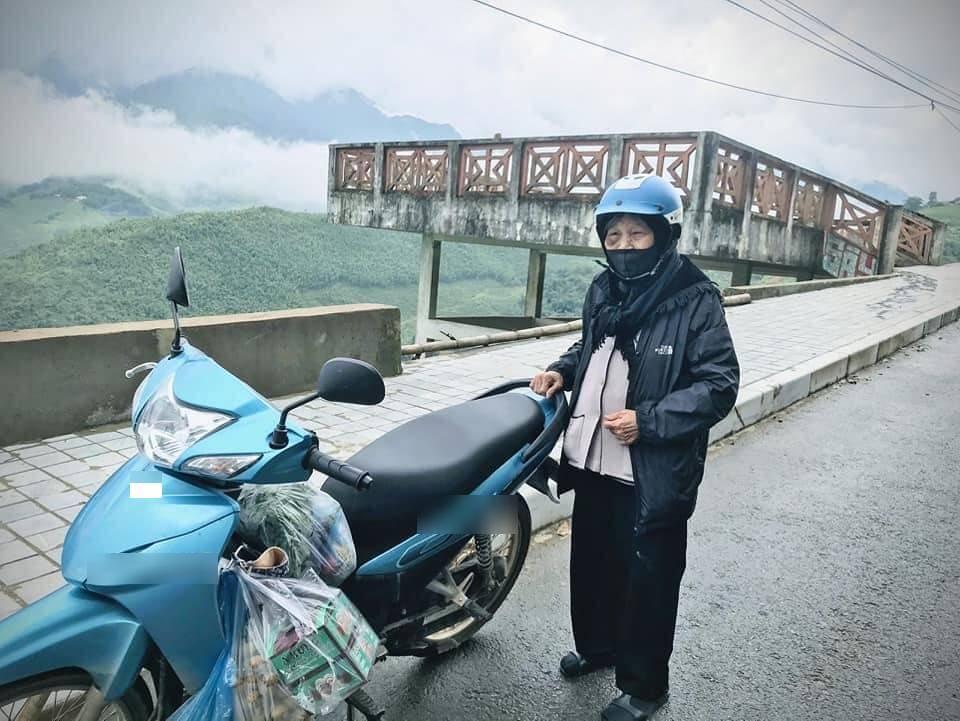 Bà cụ 90 tuổi vẫn quyết tâm từ Yên Bái đến Sapa bằng xe máy (Ảnh: FBNV).