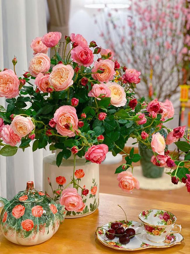 me man voi nhung binh hoa ngap sac xuan cua chi gai ha thanh hinh anh 2