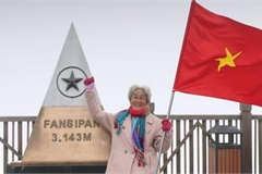 Ngưỡng mộ cụ bà 81 tuổi leo 600 bậc đá, chinh phục Fansipan