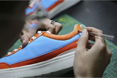 Nghề 'phù phép' giày giá từ tiền trăm nghìn lên tới chục triệu đồng