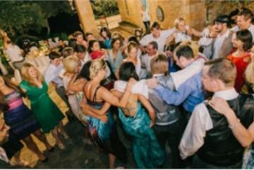 Hàng trăm khách mời nhổ nước bọt vào cô dâu