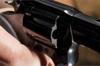 Chồng đang nhậu, vợ chở trai lạ tới dùng súng bắn nguy kịch