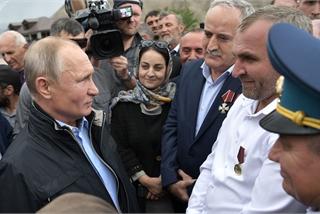 Chén rượu kề môi nhưng Putin không uống 20 năm trước và sự thật