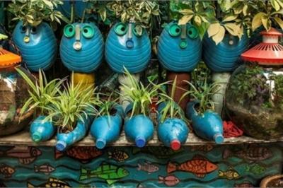 Lạ lùng: 'Hô biến' sân vườn độc đáo từ chai lọ, lốp xe, ống nước