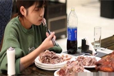 Ăn một lúc 6kg thịt, gái trẻ bị nhiều nhà hàng buffet cấm cửa