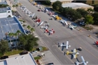 Thị trấn có máy bay riêng đỗ đầy đường, dân 'lượn trên trời' đi ăn sáng