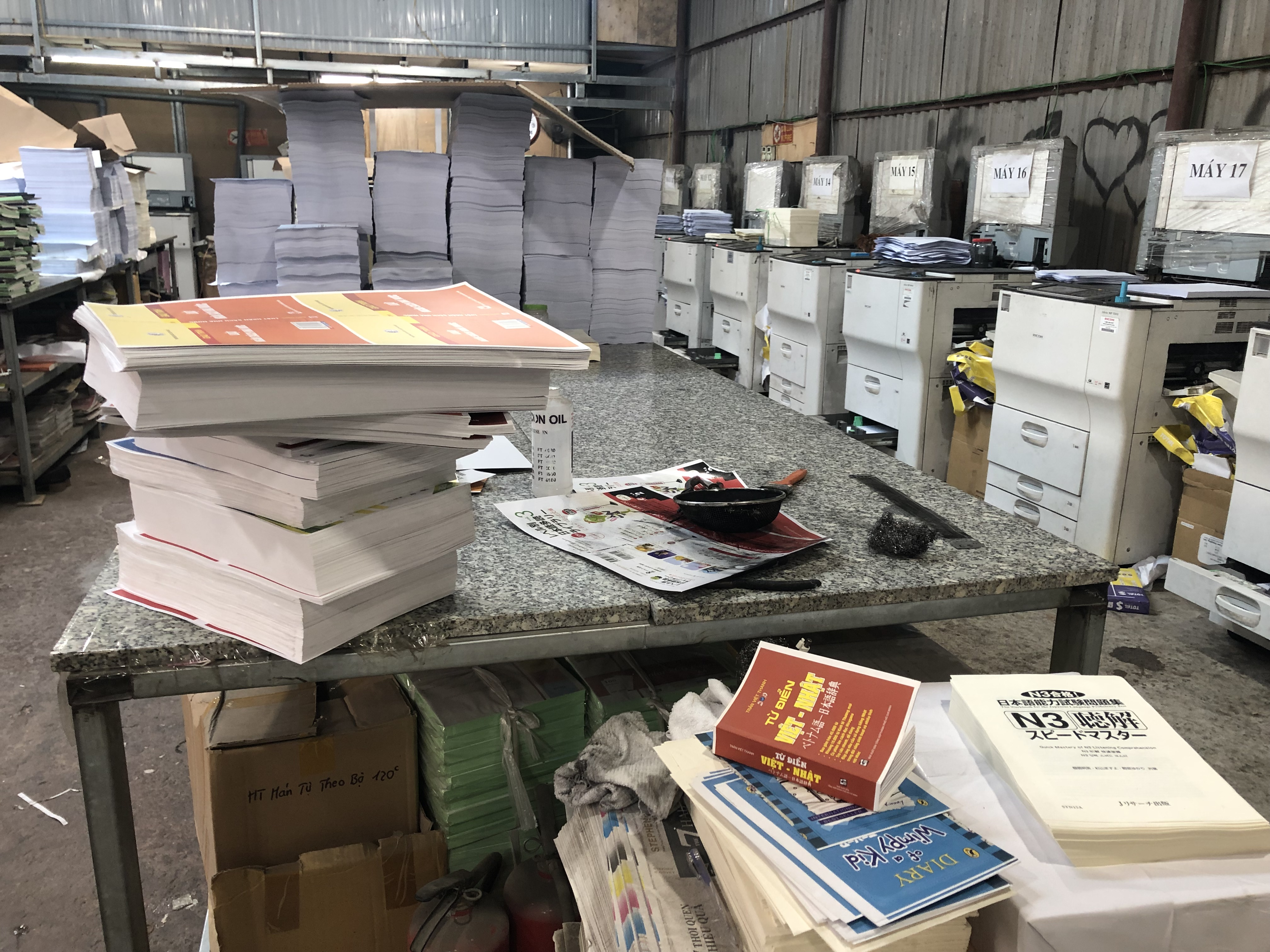 hàng vạn cuốn sách lậu