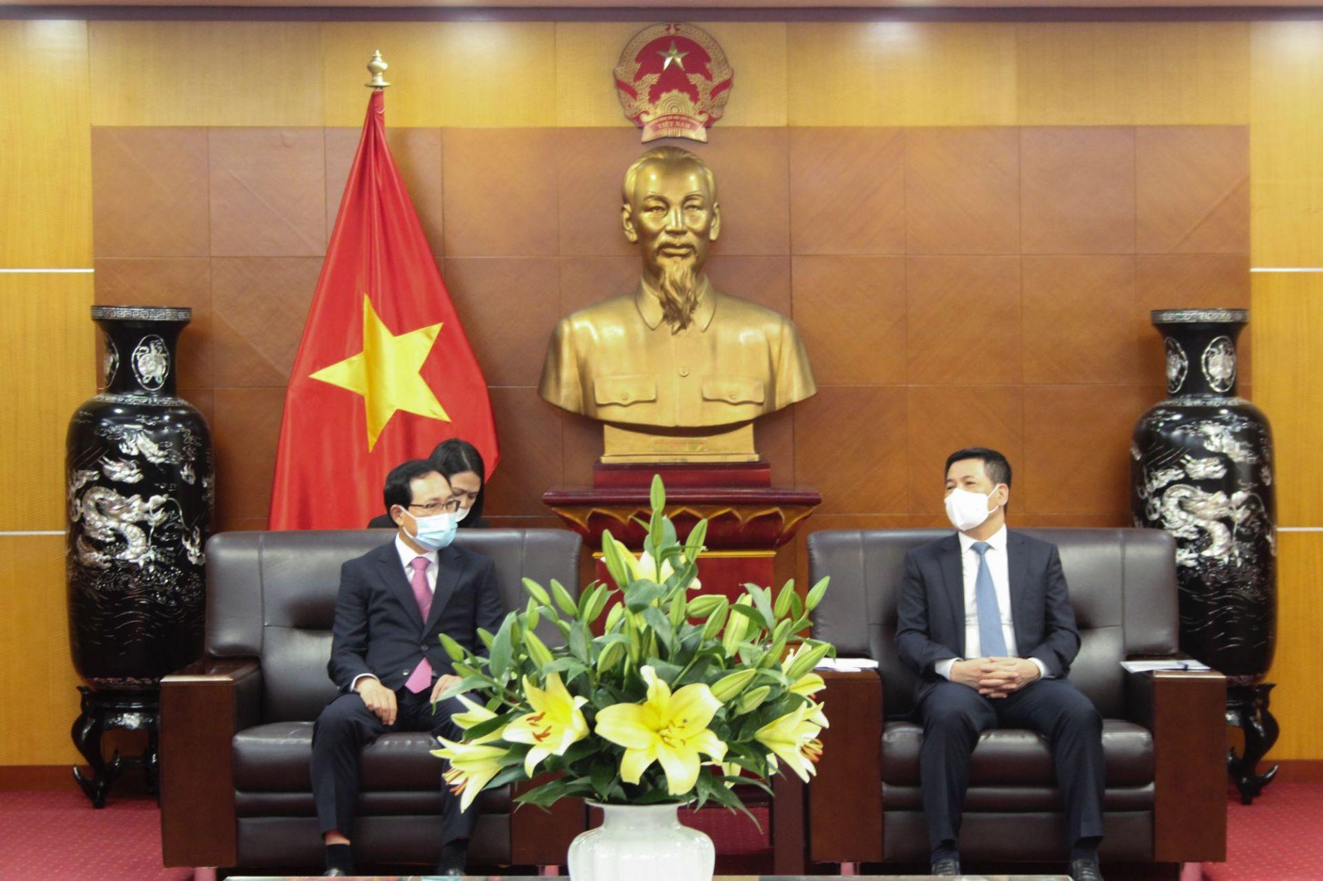 Bộ trưởng Bộ Công Thương Nguyễn Hồng Diên (bên phải) và Tổng Giám đốc Tổ hợp Samsung Việt Nam Choi Joo Ho (bên trái)