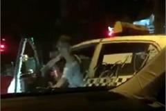 Tài xế taxi Thanh Nga dọa đốt xe Camry đang dừng đèn đỏ