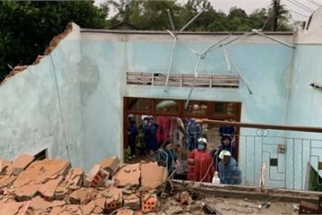 Lốc xoáy khiến 15 nhà dân bị tốc mái