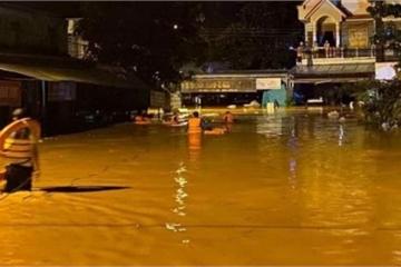 Mưa lớn cuốn trôi cầu, 50 căn nhà ngập sâu trong nước