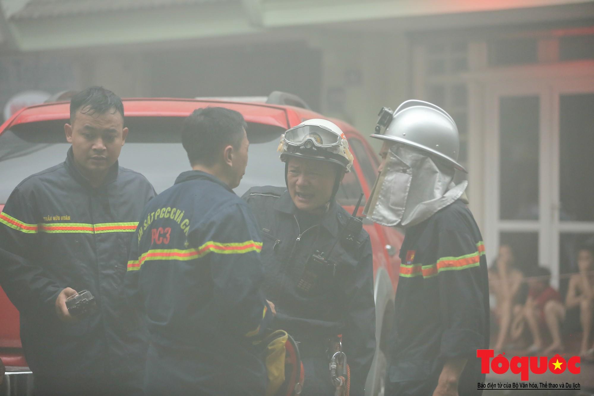 Hà Nội: Cháy khách sạn trên phố cổ, gần 30 người được đưa ra khỏi đám cháy - Ảnh 13.