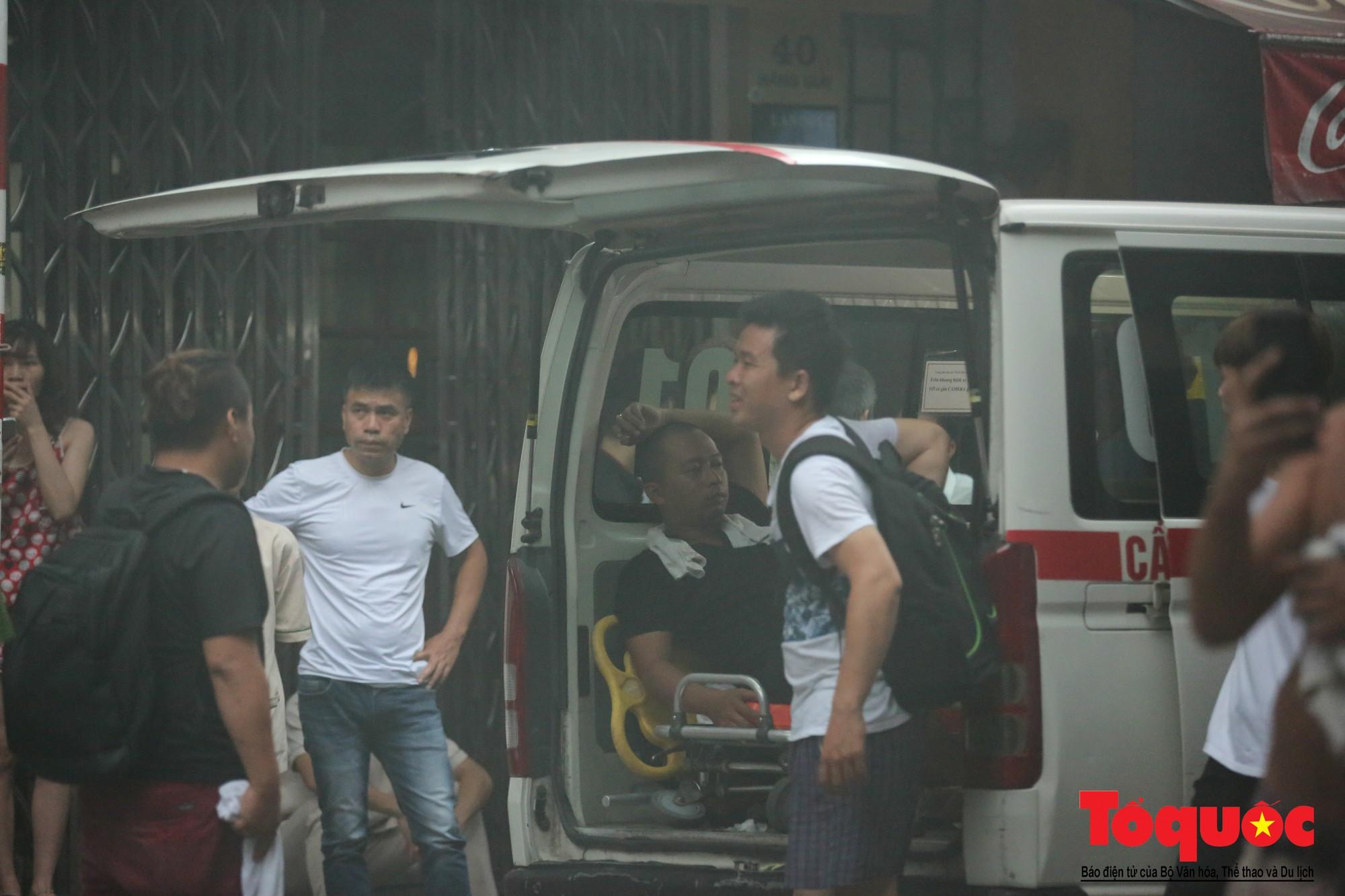 Hà Nội: Cháy khách sạn trên phố cổ, gần 30 người được đưa ra khỏi đám cháy - Ảnh 6.