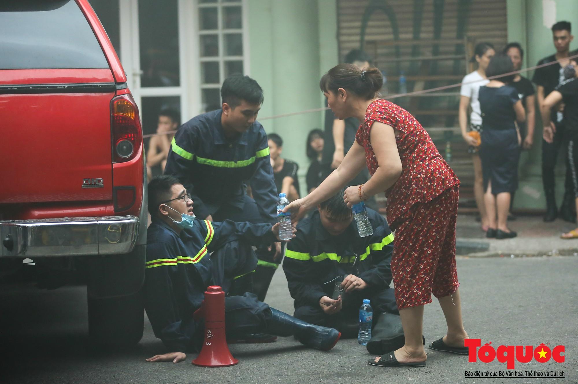 Hà Nội: Cháy khách sạn trên phố cổ, gần 30 người được đưa ra khỏi đám cháy - Ảnh 14.